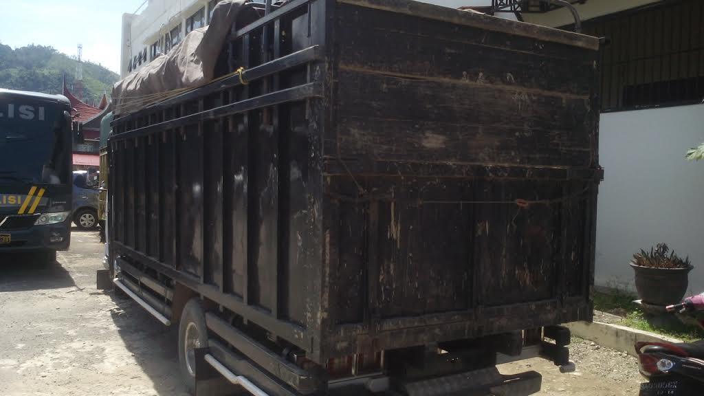 mobil truk colt diesel yang bermuatan kayu ditangkap tim mapolda sumbar di tapan kabupaten. Black Bedroom Furniture Sets. Home Design Ideas